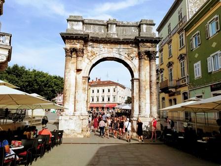 Arco de los Sergios del siglo I a.C. en Pula (Croacia)