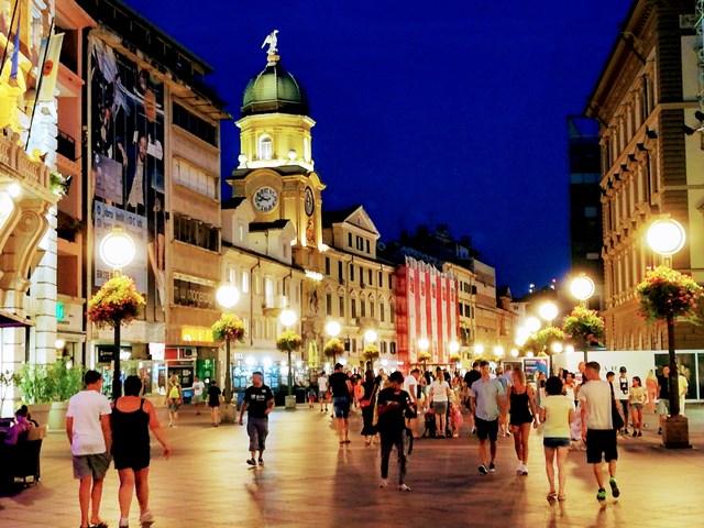 Calle peatonal del Korzo en Rijeka , con la preciosa Torre del Reloj en Rijeka (Croacia)