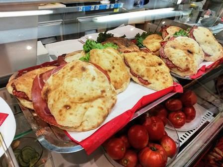Deliciosos bocatas locales y pizzas en el Bar Koyo de Rovinj en Croacia