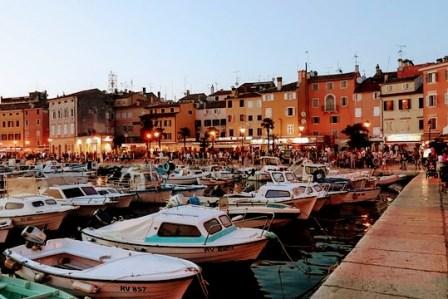 El precioso pueblo de Rovinj al anochecer (Croacia)