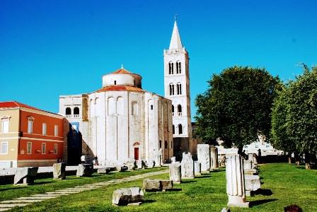 Iglesia de San Donato, junto al camapanario de la Catedral y las ruinas del Forum (Croacia)