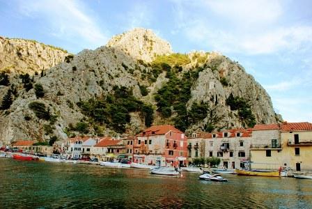 Omis bajo las montañas y el fuerte (Croacia)