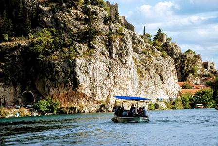 Paseo en barco por el rio Cetina en Omis (Croacia)