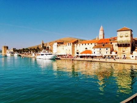 Paseo marítimo de Trogir con el castillo de kamerlengo al final (Croacia)