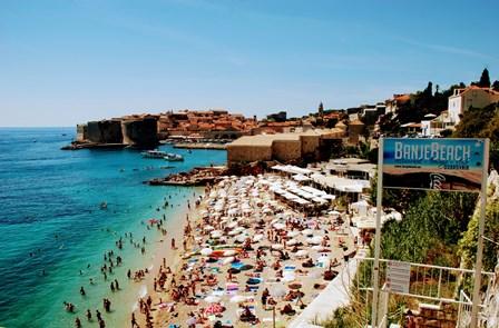 Playa Banje, junto a las murallas de Dubrovnik