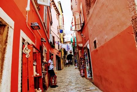 Preciosas calles con puestitos de artesanía en Rovinj (Croacia)