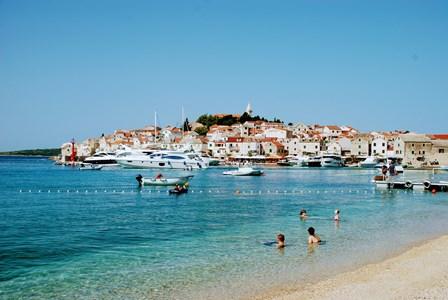 Primosten rodeada de idílicas playas de guijarros (Croacia)