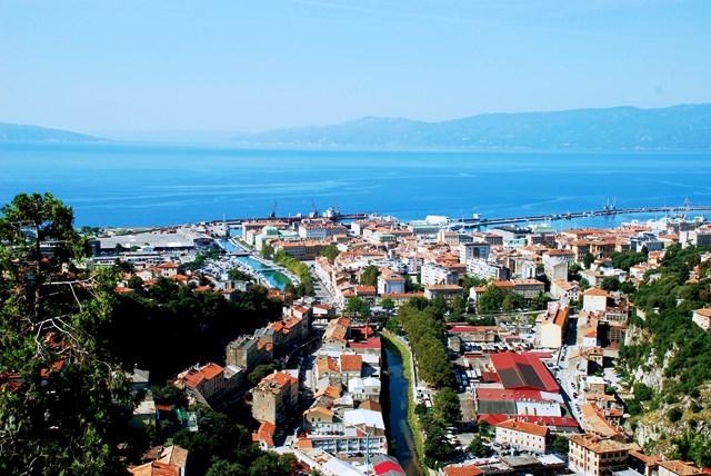 Vistas de Rijeka y de la Bahía de Kvarner desde el castillo de Trsat (Croacia)