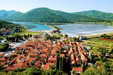 Vistas de Veliki Ston y las salinas desde la muralla (Croacia)