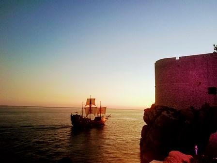 Atardecer de Dubrovnik en los acantilados del Buža Bar