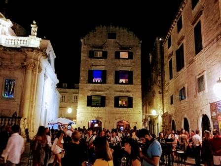 Brindís final por Dubrovnik junto a la iglesia de San Blas