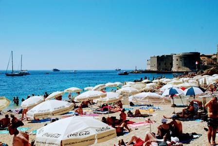 Concurrida playa de Banje Beach en Dubrovnik