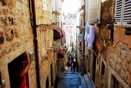 Empinadas escaleras desde la Puerta de Buža hacia Stradun en Dubrovnik