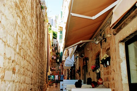 Empinadas escaleras desde la calle Stradun que NO debes coger para llegar al teleférico de Dubrovnik
