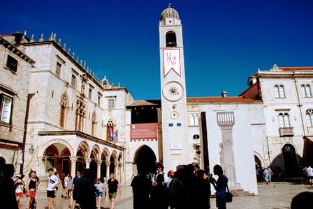Plaza de Luža, con la torre del reloj, la columna de Orlando y el Palacio Sponza en Dubrovnik