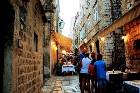 Preciosa callejuela de Prijeko con acogedores restaurantes (Dubrovnik)