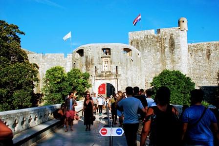 Señales de dirección en la Puerta de Pile en Dubrovnik