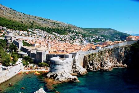 Vistas de la ciudad amurallada de Dubrovnik desde el fuerte Lovrijenac