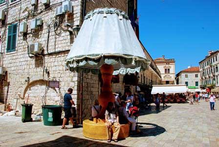 Curiosa sombrilla en la Plaza de Armas de Kotor, Montenegro