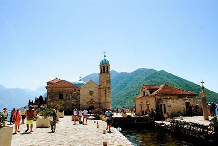 Iglesia de Nuestra Señora de las Rocas en la Bahía de Kotor (Montenegro)