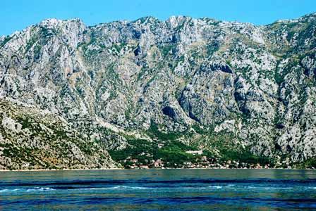 Impresionantes montañas en la Bahía de Kotor (Montenegro)