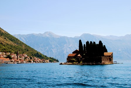 La Isla de Stevi Dorde o San Jorge en la Bahía de Kotor (Montenegro)