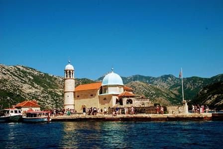 La isla de Nuestra Señora de las Rocas o Gospa od Skrpjela en la Bahía de Kotor (Montenegro)