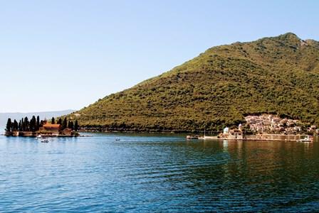 Las dos islitas frente a Perast en la Bahía de Kotor en Montenegro