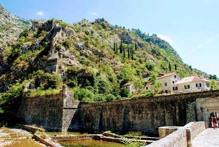 Murallas de Kotor vistas desde la puerta del río