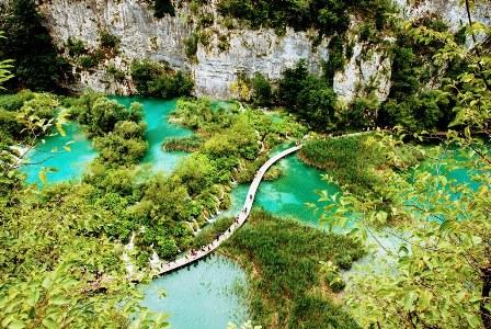 Pasarela que cruza los impresionates lagos inferiores de Plitvice