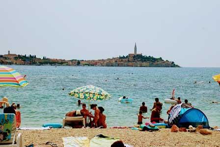 Playa con vistas únicas al precioso pueblo de Rovinj en Croacia