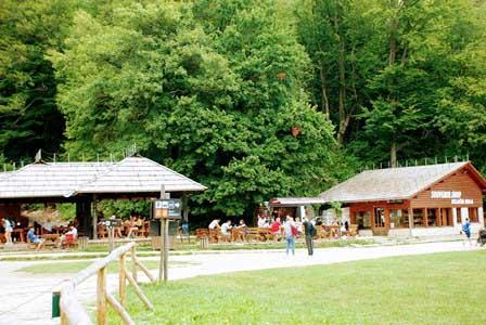 Comer en el Parque Nacional de los Lagos de Plitvice (Croacia)
