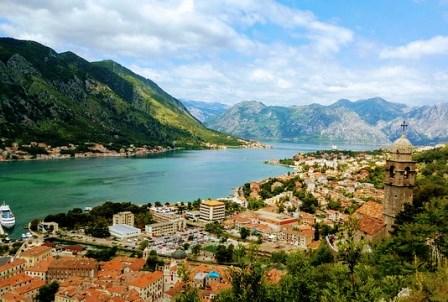 Vistas preciosas desde las murallas de Kotor en Montenegro