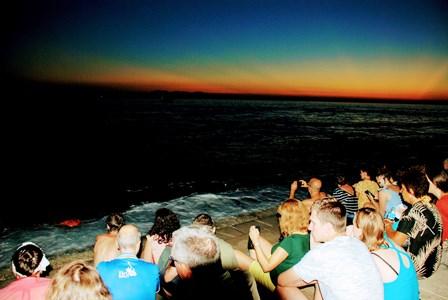 Ambientazo disfrutando de la puesta de sol, sentados sobre las escaleras del Órgano de Mar en Zadar (Croacia)