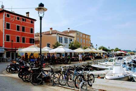 Animada zona de restuarantes en el puerto de Rovinj (Croacia)