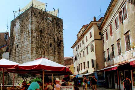 Antigua torre de Porec, hoty convertida en restaurante (Croacia)