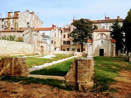 Capilla de Santa María en Formosa y las ruinas de la antigua basílica en Pula (Croacia)