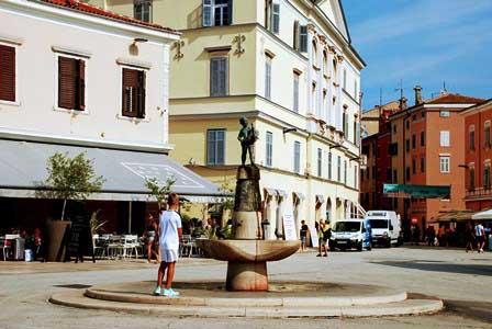 Curiosa fuente en la Plaza del Mariscal Tito en Rovinj (Croacia)