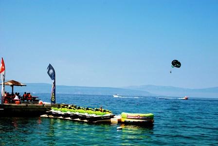 Diversión acuática en Njivice en la isla de Krk (Croacia)