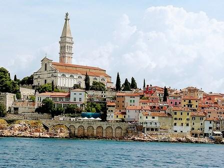 El Campanario de Catedral de Santa Eufemia, coronando el pueblo de Rovinj (Croacia)