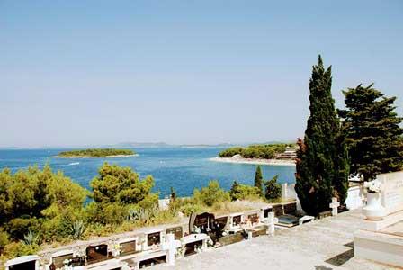 El Cementerio de Primosten con vistas al mar (Croacia)