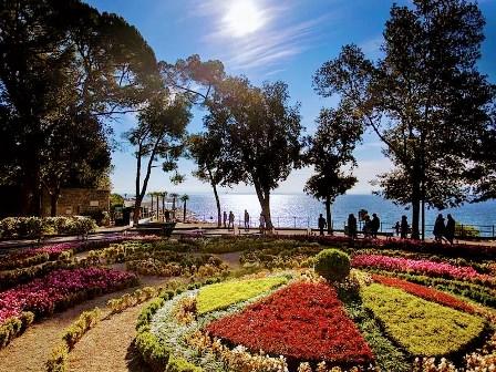 El precioso parque de Angolina Park con muchas especies de flores en Opatija (Croacia)