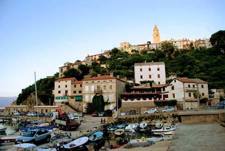 El precioso pueblo de Vrbnik en lo alto de la colina en la isla de Krk (Croacia)