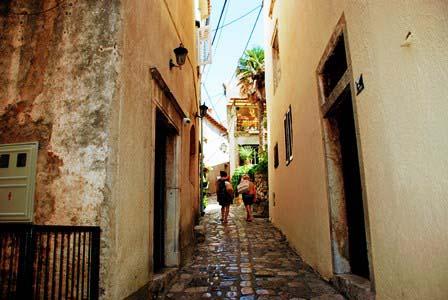 Empinadas callejuelas en Krk (Croacia)