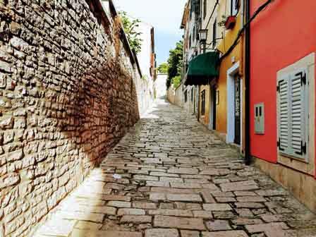 Empinadas cuestas para subir al castillo de Pula (Croacia)
