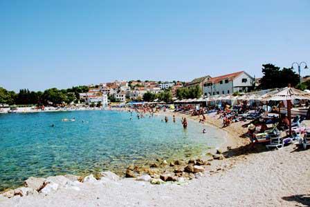 Enorme playa, junto a las murallas de Primosten (Croacia)