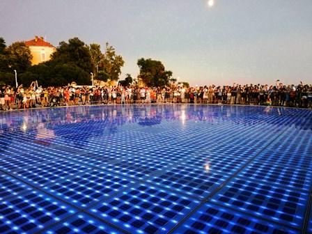 Espectáculo de luces en el Saludo al Sol, junto al Órgano del Mar de Zadar (Croacia)