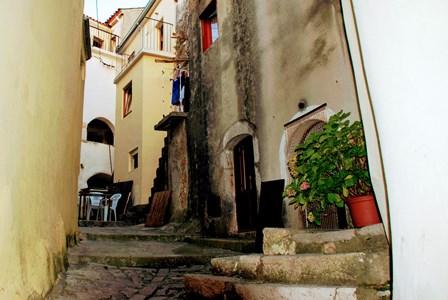Estrechas y empinadas callejuelas en Vrbnik en la isla de Krk (Croacia)