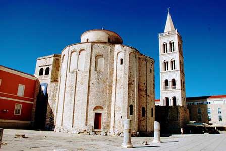 Iglesia de San Donato, con el campanario de la Catedral de Zadar (Croacia)