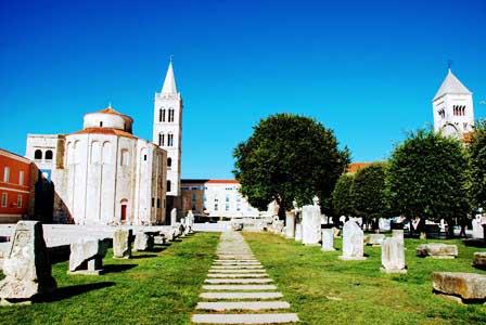 Iglesia de San Donato, el campanario de la Catedral y la Iglesia de Santa María en el Foro Romano de Zadar (Croacia)